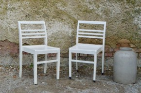 Editées à partir de 1944 et dessinées par René Gabriel, ces chaises sont typiques du mobilier dit de reconstruction. Produit d'urgence destiné aux sinistrés de la seconde guerre mondiale, le design est simple et touchant. Ces pièces de mobilier sont chargées d'histoire... Les chaises en bois massif sont d'un design sobre, minimaliste et économe en matière, mais d'une intelligence de conception remarquable. Elles sont confortables, d'un ornement minimal, très élégantes... Elles ont été peintes en blanc crème.
