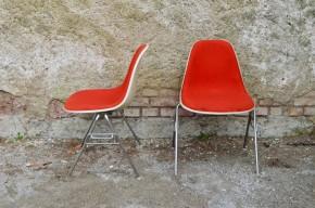 Dessinées par Charles & Ray Eames dans les années 50, les lignes particulières et la matière innovante de ces chaises ont marqué l'histoire du design. Piétement DSX chromé et coque d'assise en résine, la série que nous vous proposons a été éditée par Herman Miller pour Vitra. Gris perle et rouge brique, ces chaises n'ont pas pris une ride… Confort, design remarquable et couleur vitaminée, les Eames Plastic Chairs sont une valeur sûre! Cette version particulièrement confortable avec l'assise tapissée de laine rouge se révèle être une chaise de bureau parfaite ou un complément pour une salle à manger design.