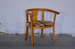 Comment ne pas fondre devant ce très joli fauteuil Baumann des années 50! Première chaise pour le tout-petit, il est stable et confortable : dossier et accoudoirs forment une sorte d'arceau, assise accueillante. Surtout, ses lignes tendres et rétro la rendent attachante, devenant une pièce déco à part entière. Cette version atypique est dotée d'une assise tapissée d'un tissus rayé, pour plus de look et de confort!!!