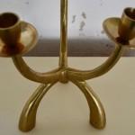 Voici un chandelier sculptural! De par sa forme élancée, affinée et libre, il affirme sa modernité. Nous aimons son design épuré et sa belle couleur dorée qui sera mis en valeur au centre d'une belle table ou sur un joli meuble vintage.