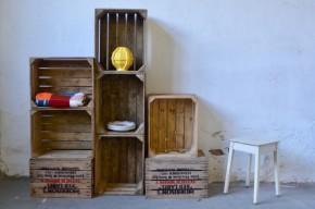"""Cette jolie série de caisses anciennes et tout en bois affichent fièrement ses couleurs et son origine! Anciennement destinées au transport des bouteilles de Whisky, elles arborent la marque appliquée au pochoir sur un des flancs """"Morrison's Red Label"""". Un interstice sur les côtés intègre les poignées et permet de les porter aisément. Seule ou en série, ces caisses rétro deviendront boîte à rangement pour les jouets, livres, linge ou se transformeront en étagères ou niches murales!"""