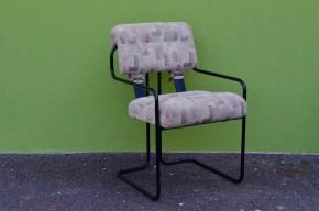 La chaise tucroma s'inscrit dans la lignée du design italien teinté d'un modernisme élégant. Dessinée en 1969 par l'architecte Guido Faleschini, cest une production haut de gamme de la maison  i4 Mariani. Sa structure est réalisée en acier tubulaire coudé et laqué de noir. Elle supporte un dossier et assise recouverts de tissu. La chaise Tucroma tire son originalité et son confort inégalé de son assise supspendue par deux sangles de cuir epais. Chaise de travail ou de loisir, nous succonbons à son maintien aérien et à sa ligne noderne.