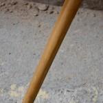 Cette table tripode de la série « Bow wood » éditée par Steiner date des années 50. Elle présente des lignes douces et légères, épurées et très actuelles. Son plateau haricot est couvert d'un vinyle rouge pop venant contraster élégamment avec le piétement en frêne cintré. Guéridon ou table basse remarquable, cette pièce vintage est une sacrée pépite!
