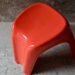 Le design de ces tabourets déborde d'énergie. A l'image de l'ensemble de la production de Giorgina Castiglioni : astucieuse, colorée et pratique. Les tabourets Stacky on été imaginés en 1973 et édités par Bilumen. Les tabourets sont réalisés en plastique ABS et sont déclinés dans de nombreux coloris. Leurs formes organiques, futuristes est d'une fluidité rare, leur piètement tripode leur offre une géométrie particulières... Ils sont empilables, mais cela s'entend presque dans leur nom de baptème!!