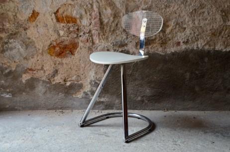 Cette chaise vintage présente de jolies lignes futuristes et dynamiques. Produite par la firme française Mirima spécialisée dans le mobilier professionnel, cette chaise mélange les matières avec audace et brio. Le dossier en plexiglas apporte de la transparence et le piétement en porte à faux en métal chromé donne une allure aérienne à l'ensemble. Cette chaise possède un design aussi spatial que ludique!