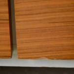 Cette petite enfilade rétro est pleine de fraîcheur et de délicatesse. Dépouillée de toute fioriture, ses lignes minimaliste attirent pourtant l'œil. Et que dire de la douce association du blanc et du bois doré... Le piétement métal ajoute encore à l'élégance discrète de ce joli bahut moderniste, parfait en meuble TV ou HiFi.
