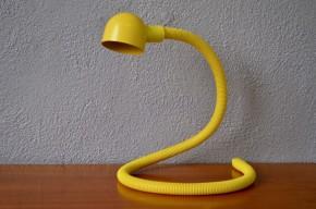 Voici un animal au design insaisissable! Hebi, ce qui se traduit évidement par serpent en japonais, est une drôle de lampe imaginée par Visao Hosoe. Son corps flexible et allongé lui permet de s'adapter à toutes les situations, applique, lampe de table, d'atelier ou d'ambiance lovée derrière un meuble.