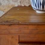 Le temps où l'on remisait ses confitures et autres conserves à l'arrière de la cuisine est révolu! A l'abri de ce superbe garde-manger, on aimera afficher ses réserves, son épicerie ou ses jolies quilles! En bois d'une belle teinte miel, cette armoire de cuisine est remarquable d'authenticité. Ses dimensions aussi harmonieuses que pratiques feront d'elle une pièce maîtresse de la cuisine. Doux et un brin rustique, ce garde-manger rétro appréciera les ambiances simples et bohèmes.