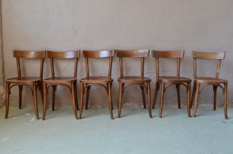 Cette jolie série de six chaises bistrot est aussi simple qu'efficace... Les lignes franches et sans fioriture ainsi que la patine appuyée apportent beaucoup de caractère et d'authenticité. Classique indémodable, ces chaises rétro feront leur petit effet autour de la table, apportant une note bistrot chic à votre intérieur.