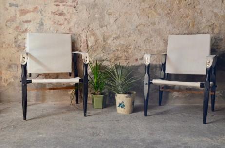 Le travail créatif du designer danois Kaare Klint le plonge dans une recherche historique du mobilier classique ou vernaculaire, qu'il réinterprete et éclaire par sa pensée moderne et son sens unique de l'esthétisme. Ainsi, lorsque Kaare Klint imagine son fauteuil Safari, il tire son inspiration du mobilier démontable de l'armée coloniale britannique. Légèreté, simplicité et fonctionnalismes guident son geste, le résultat est stupéfiant par sa sobriété et son caractère chaleureux. Ces deux fauteuils safari faits de bois noirci, de toile et de cordelette nous offrent une bel exemple de la douceur accueillante propre au design scandinave.