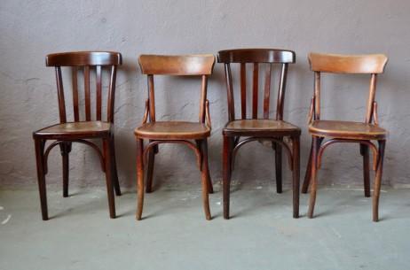 Comme au troquet, voici une série de chaises en bois dépareillées! Constituée de 2 paires d'assises bistrot, cet ensemble rétro a beaucoup d'allure et offre par ailleurs, robustesse, confort et un charme indémodable! Les patines et les lignes s'accordent à merveille et feront résonner l'écho des bistrots dans la cuisine.