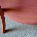 Comme on les aime ces petits fauteuils Baumann destinés au tout-petit. Les formes tendres de cette chaises rétro sont accueillantes. Surtout, son piétement galbé et son dossier enveloppant assurent stabilité et maintien. C'est certain, les marmots seront fiers de s'y installer le temps de l'histoire du soir, ou à l'heure du goûter, pour faire comme les grands! A moins que la poupée ne chipe la place au moment de la dinette!