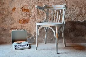 Ce charmant fauteuil de bureau midcentury en a vu de toutes les couleurs. Sa patine bleu/gris intense et profonde offre à ce joli meuble ancien une dimension bohème et poétique. Il sera parfait compagnon de création devant un joli bureau ou deviendra un valet de chambre unique et lyrique.