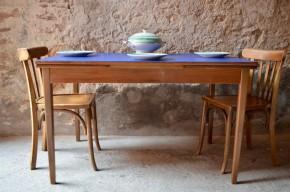 """Cette table vintage des années 60 est haute en couleurs! En teck, son piétement fin et élancé la rendent aérienne. Rénové """"bleu saphir"""", le plateau réveille les lignes scandinaves et met en valeur la teinte chaleureuse du teck. De part et d'autre, des rallonges viendront augmenter la surface de la table en un tour de main, permettant d'accueillir facilement 6 à 8 convives. Voilà une pièce rétro qui a du panache!"""