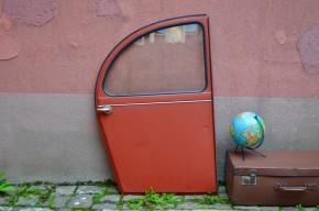 Voici une pièce qui donne envie de repartir sur la route des vacances ! Cette porte arrière droit de Citroën 2 chevaux ou Deuch' est tout à fait décalée, mais apporte toute sa bonne humeur et une délicieuse touche rétro ! Conception minimaliste, réduite à l'essentiel, elle nous charme avec sa peinture « rouge pompier » et ses lignes tout en rondeur. Dans un esprit indus, garage, rock, bazar ou insolite, elle trouvera un nouvel usage et complétera une déco joyeuse. Vroummmmmm….