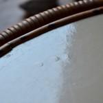 L'originalité du piétement a fait mouche! Cette petite table rétro se glissera facilement dans la déco de la maison. Ses lignes douces et son plateau rond bordé de rotin permettront d'en faire une table de jeux amusante pour la chambre des enfants. Dans le salon en guise de table d'appoint ou de desserte à petites plantes, on remarquera son piétement tubulaire tripode original, apportant légèreté et dynamisme à cette charmante pièce des années 60.
