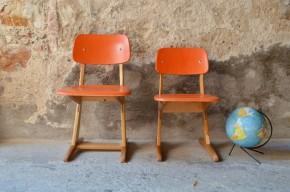 Orange et bois, voilà une version sacrément pimpante de la célèbre chaise Casala pour enfant! Pour le reste, on ne change rien et on apprécie toujours autant ses lignes douces et son look rétro. Emblématique du mobilier scolaire allemand, cette chaise vintage dessinée par Carl Sasse est ergonomique et d'une grande stabilité. Installée derrière un petit bureau ou détournée en chevet rigolo, la Casala version colorée est absolument craquante!