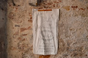 """Depuis l'ouverture de ces premières coopératives laitières dans les années 40, l'histoire de Sancor a bien évolué mais son logo reste inchangé. En provenance de cette firme argentine de lait et produits dérivés, cet ancien sac en toile de coton a semble-t-il voyagé jusque nous après avoir livré sa cargaison de """"caséina Lactica"""". Utilisé en sac à linge, à jouets ou transformé en gros coussin, cet objet rétro chargé d'histoire est promis à une chouette nouvelle vie!"""