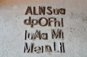 Il y a de quoi perdre son latin avec toutes ces lettres mélangées... Elles proviennent certainement d'un porche où avec leur typographie un peu sévère, elles annonçaient quelques choses ou quelqu'un d'important ou de solennel mais c'est aujourd'hui oublié! C'est donc l'occasion rêvée de les reconvertir dans un espiègle projet déco et créatif. Minuscules et majuscules laissent libre cours à de nombreuses compositions.