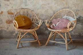 Lignes toutes en rondeurs et matière douce et chaleureuse, pour cette paire de fauteuils en rotin des années 70. Assise large et basse, dossier en forme de coquille légèrement incliné, ils seront vos meilleurs alliés pour les après-midis thé ou les soirées lecture, à l'intérieur comme au jardin. Agrémentés d'une petite peau de chèvre ou d'un coussin rétro, ils apporteront une touche bohème à votre déco!