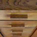 Dessiné par René Gabriel et à destination de la population sinistrée de l'après-guerre, ce bahut en chêne date des années 50. Mobilier dit de reconstruction, ses lignes sont simples et touchantes. Deux caissons à étagères et 5 tiroirs, du chêne doré superbement patiné, voici un meuble appartenant à l'histoire du design français, auquel nous sommes infiniment attachés.