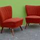 Ces fauteuils cocktail sont toniques et ultra chaleureux, ambiance sixties garantie! Les lignes rétro sont séduisantes et dans l'air du temps... De petites dimensions, les cocktails restent confortables et trouvent facilement leur place. On les imagine dans un intérieur à l'ambiance pop, dans la chambre ou pourquoi pas dans un boudoir rockabilly ! Le tissu rouge intense de cette paire de fauteuils vintage renforce encore l'esprit sixties.