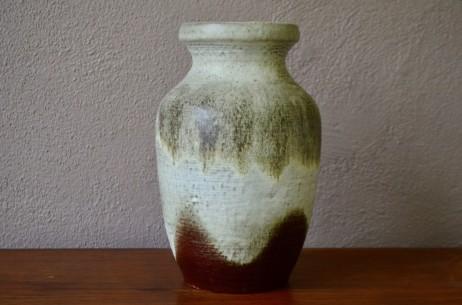 """""""Carstens"""" fait partie des fabriques de céramique allemandes qui fleurirent durant les trente glorieuses. Elle est réputée pour sa production de vases colorées aux émaux épais dans l'esprit fat lava. Ce vase au glacis épais, au traitement brutaliste et à la forme généreuse rayonne de par sa présence massive et minérale. De belle dimension, la céramique vintage saura se mettre en valeur sur une jolie pièce de mobilier vintage."""
