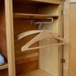 """Voici une petite armoire qui a tout d'une grande, et même plus encore! Et à l'Atelier, nous aimons énormément ces meubles joliment finis et merveilleusement conçus! D'une hauteur réduite, cette armoire vintage en bois doré possède tous les atouts du parfait meuble de rangement : un espace penderie avec tringle coulissante, 3 tiroirs généreux et un important espace à étagères. Il sera facile d'organiser la layette et même le linge des plus grands! Quant aux atouts """"charme"""" de cette armoire vintage, ils sont d'une grande originalité et nous font chavirer de bonheur. Le piétement compas des années 50 est atypique et d'une belle finesse, la teinte est lumineuse et extrêmement chaleureuse et les entrées et décorations en laiton offrent une touche finale douce et bohème. Pratique et esthétique, cette armoire vintage est un concentré de tout ce qu'on aime, idéale dans une chambre enfant!"""