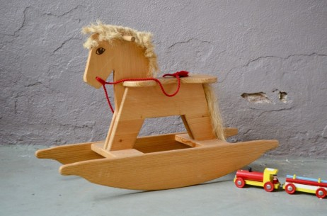 Il faudra préparer sa monture et peigner le crin avant de monter ce fidèle compagnon à bascule. En bois massif, ce cheval rétro propose des lignes simples et tendres à la manière des jouets en bois Waldorf et Montessori. A califourchon, en amazone, en agrippant les poignées ou en secouant les rênes, le tout-petit est parti pour quelques heures d'éclats de rire et de chevauchées folles... Yihaaa!