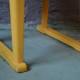 Jaune tournesol, cette chaise enfant des années 50 est attendrissante. Sa patine est belle, un brin bohème, jouant avec le bois et les nuances de jaune. Quant à son allure sobre voire classique, c'est sans compter sur son piétement original à la manière d'un traineau. Cette petite chaise rétro aux lignes attachantes pourrait bien devenir le meuble fétiche des petits, à l'heure du dessin, de la dinette ou pour faire comme les grands dans le coin salon!