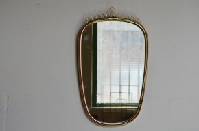 Ce mini-miroir « rétroviseur » aux lignes '50 et au look rétro est de très belle facture! Ses dimensions réduites et sa forme libre habilleront les murs de l'entrée ou de la chambre en apportant une touche vintage, et beaucoup de bonne humeur! Petite déco dotée d'un joli fronton en fil doré et aux proportions merveilleuses : des petits détails qu'on apprécie particulièrement…