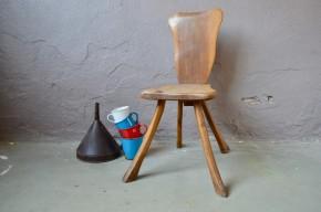 Entre objet et sculpture, cette chaise tout bois brutaliste nous plonge directement dans la matière et l'organique. Production unique et originale, elle tire la force de son design directement dans les lignes et détails du bois brut.  Production artisanale, elle met en scène subtilement l'échange et le lien intime entre l'homme et la matière qu'il travaille.