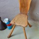 Chaise brutaliste en bois sculté aspect primitif et brut ambiance rustique chalet