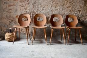 Consœurs des mouettes et albatros, nous ignorons quel nom d'oiseau les Ateliers Baumann ont emprunté pour désigner ces superbes chaises des années 60. En contreplaqué thermoformé, assise et dossier ajouré sont aussi confortables qu'originaux. Le dossier évidé souligne les courbes avec élégance et légèreté tout en offrant une prise évidente pour soulever et déplacer la chaise. Rétro, les lignes strictes du piétement compas en bois massif répondent aux courbes de l'assise. Dans un bistrot, une jolie pâtisserie ou autour de la table de la cuisine, cette série de chaises vintage en bois attirera l'œil, et la sympathie!