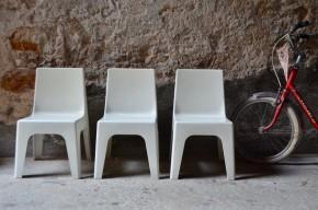 Voici des chaises enfant que l'on croirait sortir du capsule spatiale ou d'un décor de space opera! Produites par Reppel & Vollmann en 1969 elles sont réalisées en plastique abs moulé monobloc. Nommés vallon elles portent également un matricule de vaisseau spatial. La chaise Valon est destinée aux jeunes enfants, empilable et lessivable elle était parfaite pour les collectivités. Son design futuriste, esprit space age nous transporte encore aujourd'hui!