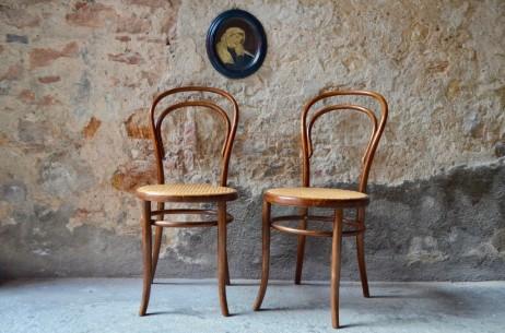 """Un esprit rétro et belle époque souffle à l'atelier... Cette paire de chaises bistrot N°14, icônes des débuts du design industriel, dévoilent une élégance légère. Provenant de la célèbre fabrique autrichienne de bois courbé """"Fischel"""", elles ont certainement passé une partie de leur existence dans un café, un bistrot ou un salon de thé. Nous aimons leurs formes voluptueuses, minimales et, pourtant, d'une évidence chaleureuse."""