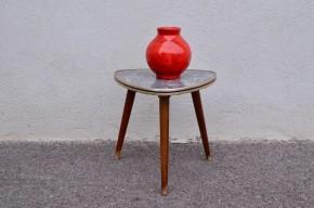Accessoire vintage par excellence, ces mini tables nous arrivent directement des années 1950-60 ! Porte-plantes, chevet vintage, table de dînette ou bout de canapé, à vous de choisir ! Celle-ci est d'inspiration minérale avec son plateau à l'aspect marbre.