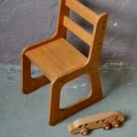 Attachante, cette petite chaise d'école, tout en bois, n'est pas sans évoquer le mobilier Montessori, pensé et conçu pour l'enfant. Stable et sécure, cette chaise rétro séduira les bambins en quête d'autonomie et d'aventures, et les parents à la recherche de jolis produits et de matières douces. Le piétement traîneau de la chaise vintage permet une utilisation simple pour les tout-petits, facile à déplacer, à traîner et limitant les risques de bascule. Les lignes de ce petit produit des années 60 sont hors du commun, touchantes de douceur et d'originalité.