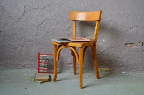 """Tout en bois, voilà une chaise enfant vintage au design classique. Ce joli modèle aux lignes sobres mais très vintage apportera sa touche rétro à une chambre d'enfant. En hêtre, à la teinte claire, elle est une production """"milieu de siècle"""" des ateliers Baumann. Associée à un petit bureau ou utilisée comme chevet, elle sera un objet aussi fonctionnel que déco."""