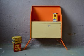 Voici un drôle d'énergumène... Ce surprenant petit meuble en métal vintage possède un petit grain de folie. Dans un format de commode ou petit buffet il est réalisé entièrement en métal et attention les yeux, il se replie entièrement pour un encombrement minimal. Astucieux modulaire, il se glisse partout, pour le camping ou la déco son look garage ou indus n'a pas fini de faire parler de lui!