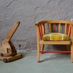 Chaise-pot à l'origine, ce modèle unique a été transformé en charmant petit fauteuil de chambre. Une assise confortable au tissu sixties a été adaptée afin d'offrir une seconde vie à ce petit meuble unique. Stable et coloré, il ravira le tout-petit dès 8 mois, et deviendra pièce déco ou chaise de poupée un peu plus tard!