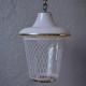 Le design de cette charmante petite lampe est une déclinaison de la lanterne traditionnelle, dynamisée à la sauce midcentury. Nous aimons la coupole en verre opalin aux reflets roses et la partie basse rayée de blanc. Charmante douce et bohème sa silhouette pleine et arrondie dispense une jolie lumière.