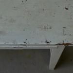 Avec ses lignes simples, ses entretoises strictes et l'épaisseur de la structure en bois massif, cette table de travail est un ancien meuble de métier. Il s'en dégage naturellement une sensation de force, de robustesse, de fonctionnalité essentielle... Paré d'une patine subtile, douce et lumineuse à la fois, ce meuble d'atelier devient attachant, mêlant avec malice esprit indus et bohème. Son vaste plateau, son tiroir à poignée coquille et sa tablette escamotable viennent parfaire ce meuble rétro unique. En table de bricolages, en bureau studieux et créatif, il reprendra du service avec panache!