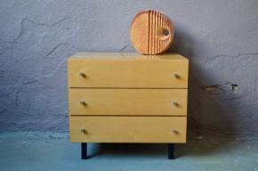 Bois clair lumineux et verni, trois vastes tiroirs, lignes modernistes…  Ce petit meuble vintage ne manque pas d'énergie! 3 tiroirs pour en faire une petite commode enfant, un chevet pratique ou un bout de canapé ingénieux.