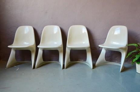 Une silhouette incroyable... Ces chaises que l'on imagine faire partie du décor d'un space opera sont une création d'Alexandre Begge pour Casala. Imaginées en 1971, elle tirent leur design futuriste d'une conception en plastique moulé monobloc et de formes toutes en arrondie et aérodynamisme. Confortables, empilables ou presque, nous adorons leur allure décoiffante et leur confort d'assise enveloppant. On décolle...