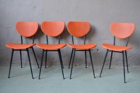 """Voilà une série de chaises des années 60 qui donne le ton! Comme branchées sur le 10000Volts, leur belle couleur """"orange tangerine"""" répand sa belle humeur et donne envie de swinguer. Les lignes sont fines et pleines de personnalité : piétement tubulaire en métal noir associé à une assise et un dossier en vinyle texturé épais d'une couleur éclatante. Petits patins boules, passepoil blanc et clous rockab' peaufinent encore, si besoin était, le look de cette série de chaises vintage. Ambiance garantie dans la cuisine!"""