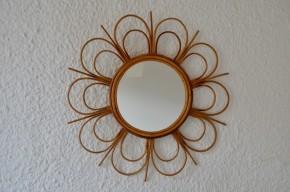 Ce miroir vintage en rotin aux allures de grande fleur offrira une belle touche bohème et poétique à la décoration murale. Brins rectilignes et arrondis se succèdent, créant un joli rythme et un dessin original pour ce miroir rétro pas commun!