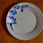 Des fleurs dans un camaïeu de bleus... Cet ensemble d'assiettes vintage est joliment dépareillé. On retrouve pourtant dans ce bel assortiment la même douceur et un bel esprit bohème. En provenance de différentes faïencerie, cette vaisselle rétro des années 1940-50 a été sélectionnée pour son originalité et sa finesse. Nous aimons beaucoup cet ensemble de fleurs stylisées au charme désuet qui fera son petit effet pour les petites et grandes occasions!