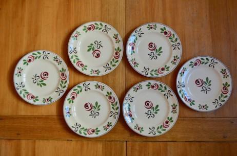Avec leurs grandes fleurs stylisées, ces assiettes plates font partie du service Bagatelle de la faïencerie de Longwy. Dans un esprit art déco très marqué, ces grandes assiettes apporteront leur touche sur une jolie table familiale.