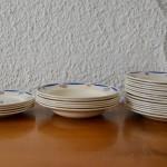 Charmant et attachant, ce service de vaisselle ancienne est ravissant. De petites fleurs stylisées jaunes et bleues dansent sur les assiettes et les plats à l'émail encore scintillant! Frais et pimpant pour une table à l'esprit bohème, campagne ou chic, cet ensemble des années 40 est la promesse d'une table chaleureuse et authentique, sorte de cerise sur le gâteau ou de touche finale aux repas quotidiens comme aux mets les plus fins.